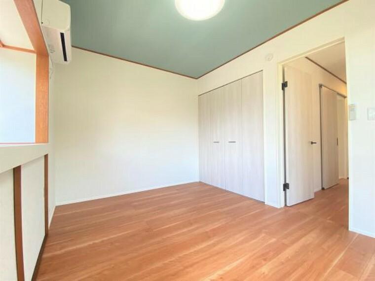 洋室 【リフォーム済】玄関から入ってすぐ左手にある西側6帖の洋室です。フローリング重張り、壁天井クロス張替え、建具交換、LED照明交換いたしました。二面採光の為日当たり良好です。