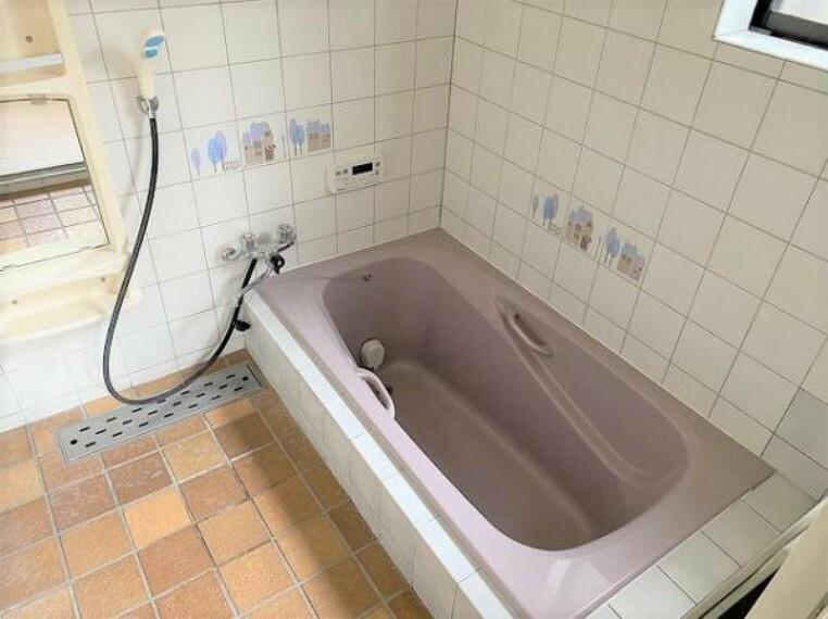 浴室 湯舟も広く設計されており、ゆったりとした空間です。