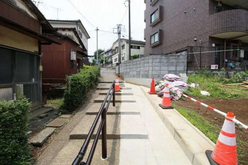 現況写真 前面道路は緩やかな階段の為、車両進入不可。