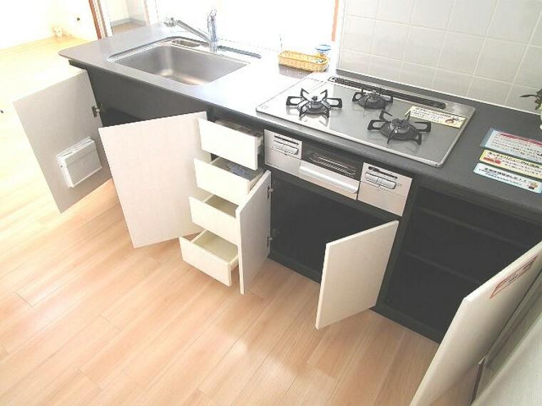 キッチン 設備も収納力も充実のシステムキッチン