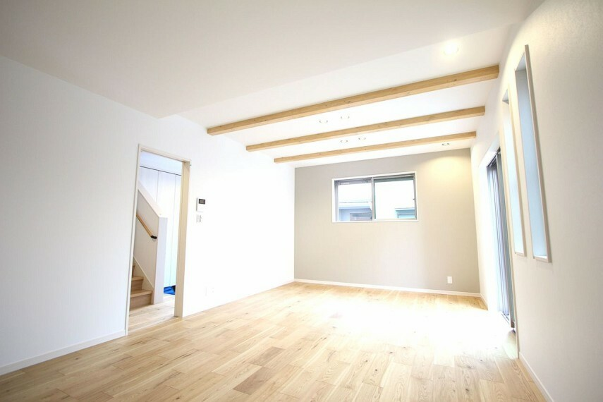 居間・リビング 天井を高くできる見せ梁は木の温もりも感じられます。 照明はダウンライトを採用し、すっきりとした印象に仕上がりました。