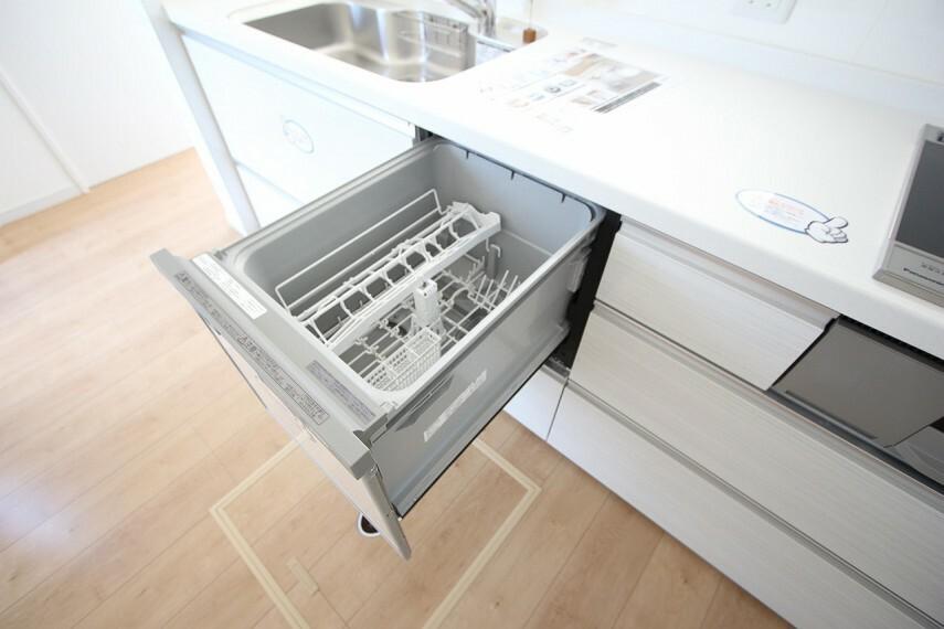食器洗浄乾燥機は、家事の負担を軽減します。 高温のお湯と水圧で洗浄しますので手洗いよりも清潔! 忙しい奥様に嬉しい設備ですね。