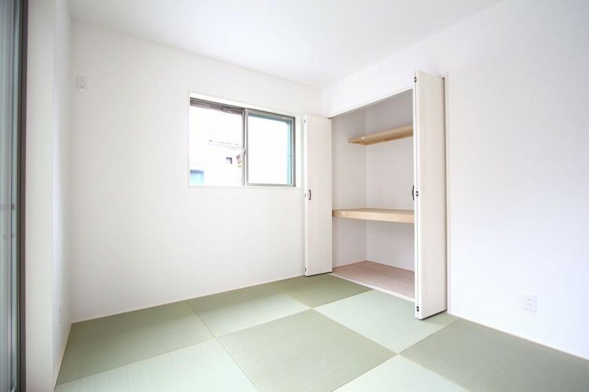 和室 クローゼットタイプの押入れはふすま貼替の手間も無く、お手入れ楽々です。寝室や客間として大変便利にご利用頂けます。
