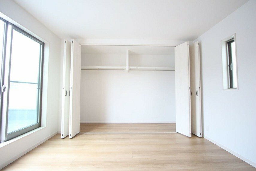 洋室 壁一面にクローゼットを配置。 これだけ大きなスペースがあれば沢山の衣類や小物もすっきり整理できますね。