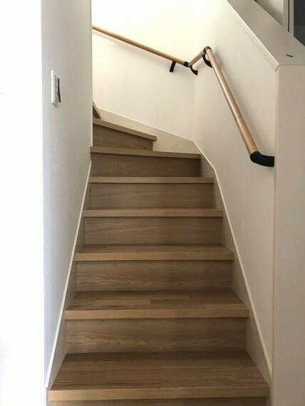 リビングを通らずに2階へ行ける配置。 プライバシーも保たれ、お部屋の冷暖房効率も損ないません!手すり付きでお子様やお年寄りでも安心です。