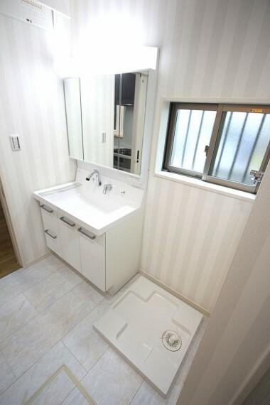 洗面化粧台 キッチンから直接出入りできる便利な間取りです 大きな洗濯機も無理なく設置して頂けます。