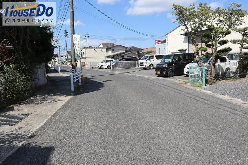 外観・現況 前面道路は約7mあります  静かな環境なので落ち着いて駐車できそうですね