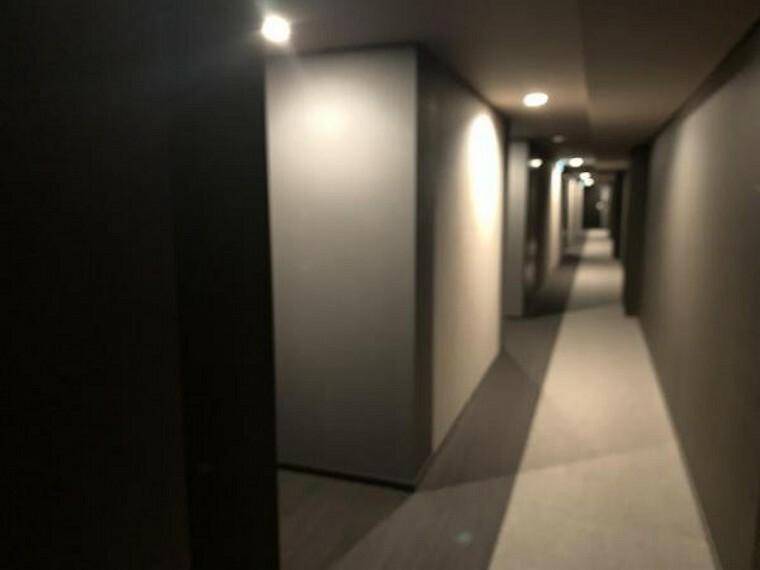 ホテルのような雰囲気のマンションの廊下!