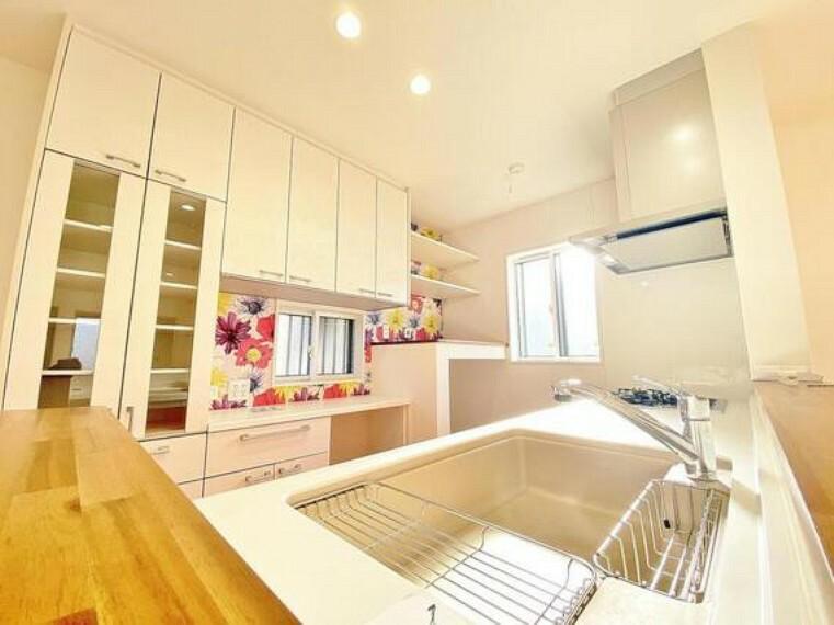 キッチン 奥様想いのキッチン空間。優しい温もりを醸し出すカウンターキッチンは料理の為の配慮を散りばめられた仕様です。家事をしながらお子様の様子を見守れる安心感もあります。