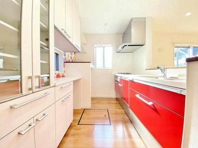 キッチン 大型のカップボードが既設された広々としたキッチンスペース。ゆとりある空間で作業ができるとお料理の腕も日に日に上がりそうな気がしてきます。