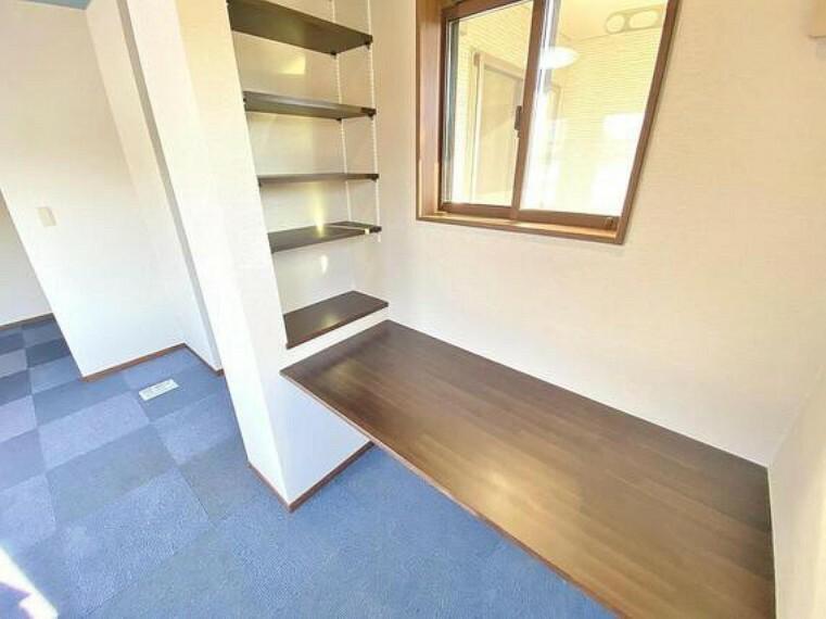 造作のカウンターデスクと収納棚。主寝室のちょっとしたスペースが実際の生活においては重宝するものです。こだわりの注文住宅ならではの嬉しい間取り。
