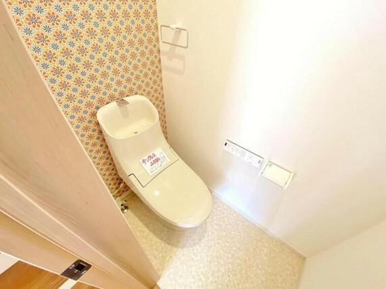 トイレ 各階トイレは、換気できるようにきちんと窓を配置してます。アクセントクロスでお洒落に仕上げられた空間です。