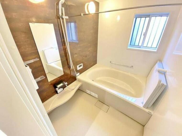 浴室 奥行きが長く足を延ばしてもラクラクのスペース。体の大きい方でも嬉しいワイドサイズ。また、カビが付きにくく軽くこすれば簡単に落ちるお掃除ラクラク仕様です。