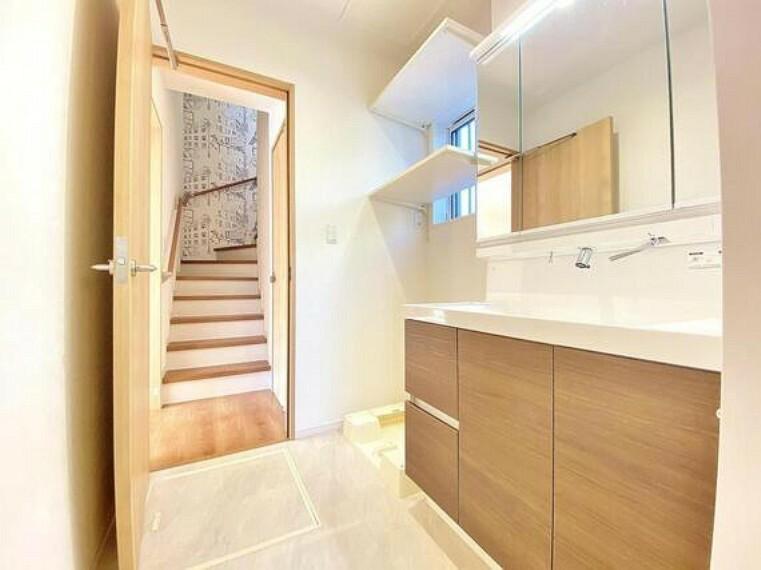 洗面化粧台 ベースキャビネットには収納スペースがたっぷり。手入れしやすいシャワー機能付洗面化粧台、十分な大きさの鏡も自慢です。