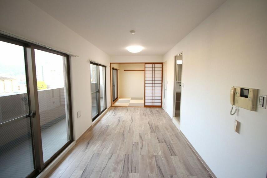 居間・リビング クロスと床を全面張替済!和室と合わせて18帖の大きなお部屋としてもご利用頂けます。