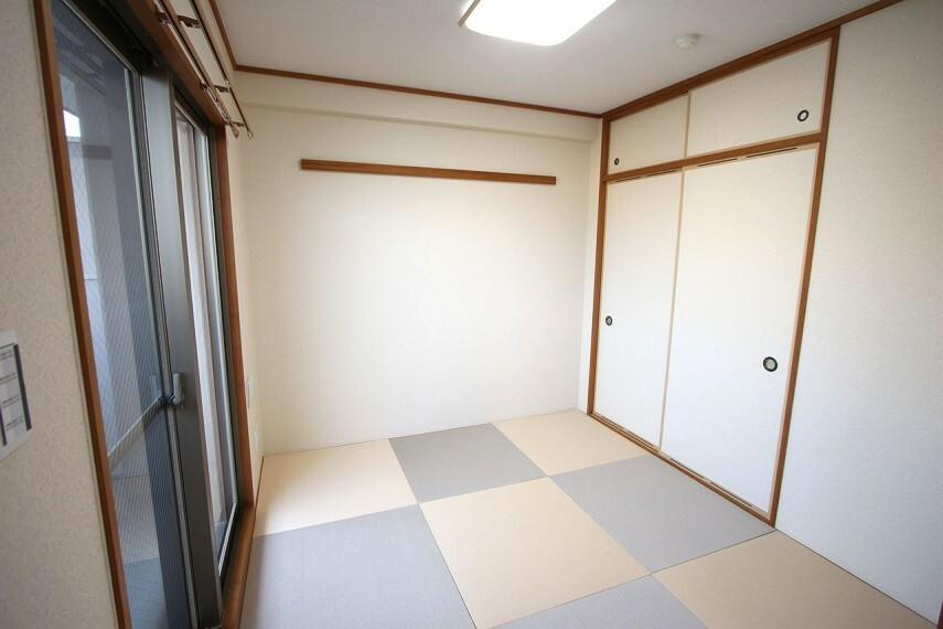 和室 可愛らしい色合いの琉球畳に新調。クロスと襖も張り替えております。押入れと天袋があり季節の衣類等もすっきりおさまりますね。