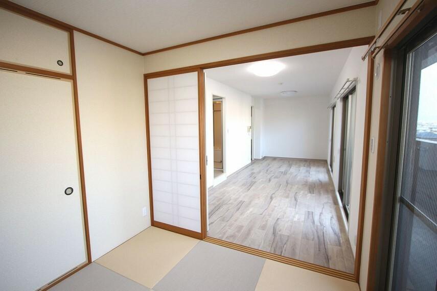 居間・リビング リビングに続く和室は大変開放的。こちらのお部屋からもバルコニーへ出る事ができます。