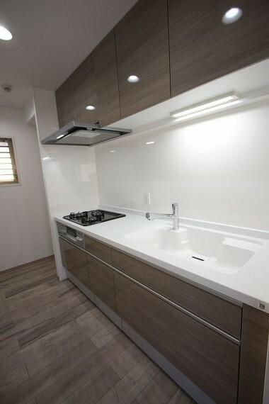 キッチン 大容量の引き出しや吊戸棚があり、納得の収納力! 沢山の調理器具もしっかり整理して頂けます。