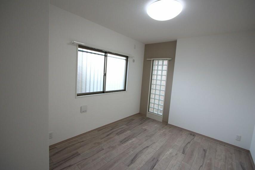 洋室 2室の洋間はどちらもクロスと床フローリングを全面貼替されました。収納スペースも確保しております。