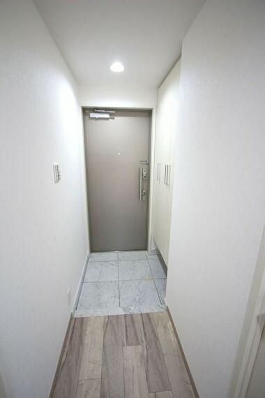 玄関 玄関には造り付けのシューズボックスがあり、30足程度入ります。散らかりがちな場所の整理に役立ちますね。