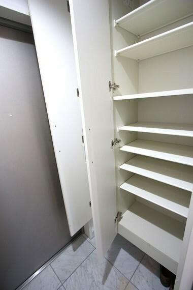玄関 シューズボックスの棚は可動式になっており、ブーツや長靴も無理なく収納できます。
