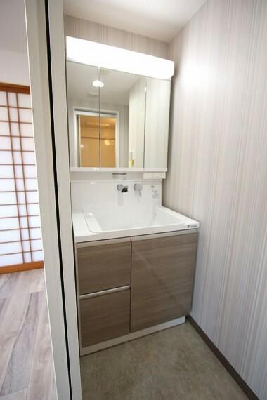 洗面化粧台 洗面化粧台も2021年3月にシャワー付きへ新調。もちろんお湯もご利用頂けます。