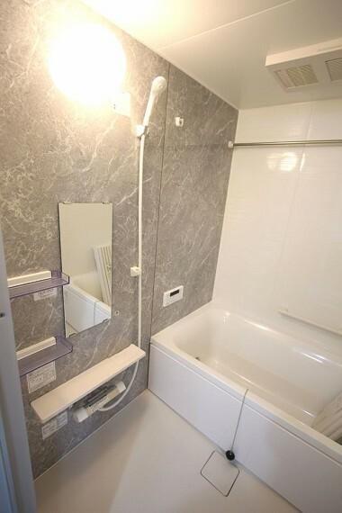 浴室 浴室も一式新調されました。ボタン一つでお湯はり等の操作ができるオートバス機能付きです。