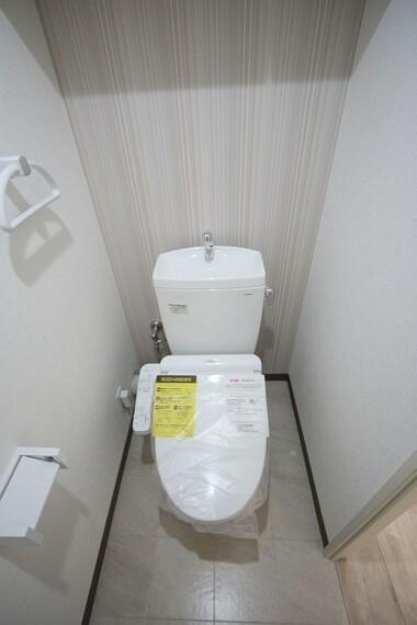 トイレ 温水洗浄便座へ新調しております。