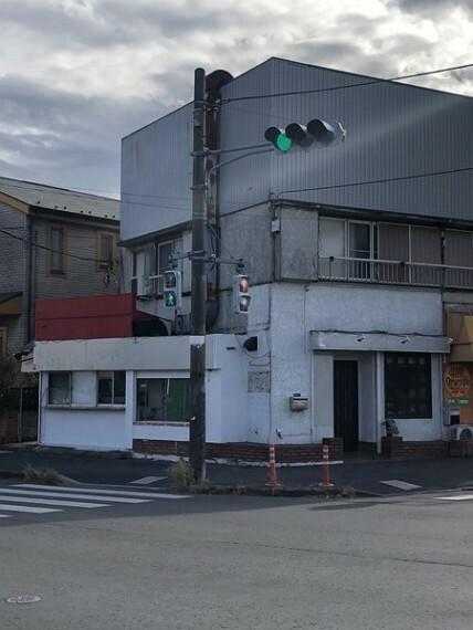 外観写真 亜鉛メッキ鋼板・瓦葺2階建て。 交差点の角地に立地。