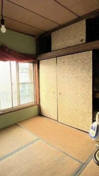 寝室 約6.0帖の2F和室。 大きい押入にはたっぷり収納できます。