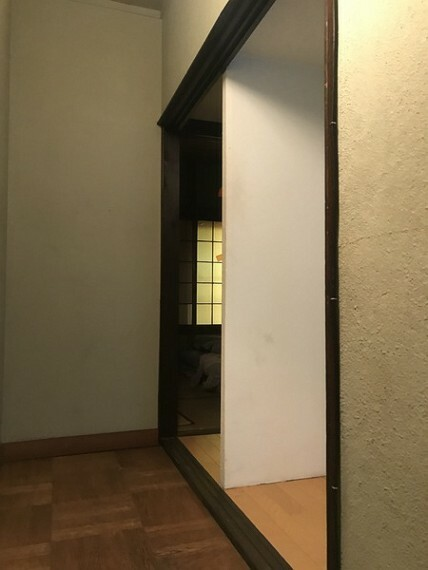 専用部・室内写真 階段を上がると、2部屋の仕切りがあります。