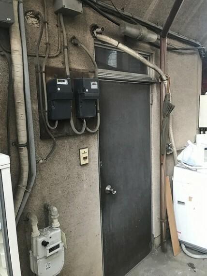 玄関 裏に2F住宅への入り口があります。