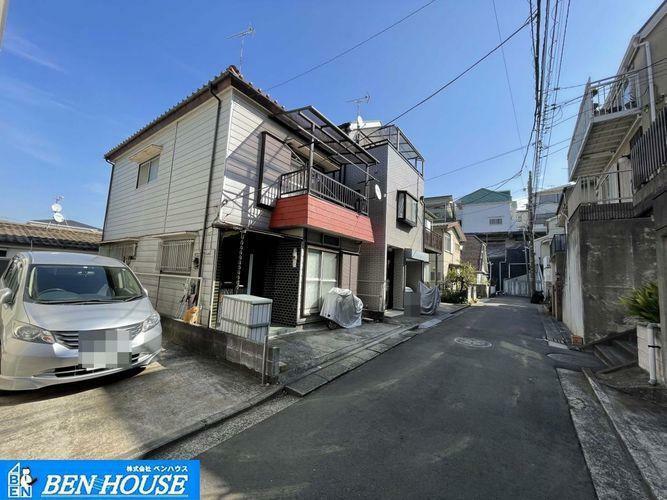現況写真 ・横浜へはもちろん東京方面へのアクセスも良好な東急東横沿線 ・最寄り駅「妙蓮寺」へ徒歩10分ながら閑静な住宅街に位置しており、静かな環境です ・20坪超の整形地で前面道路からフラットです