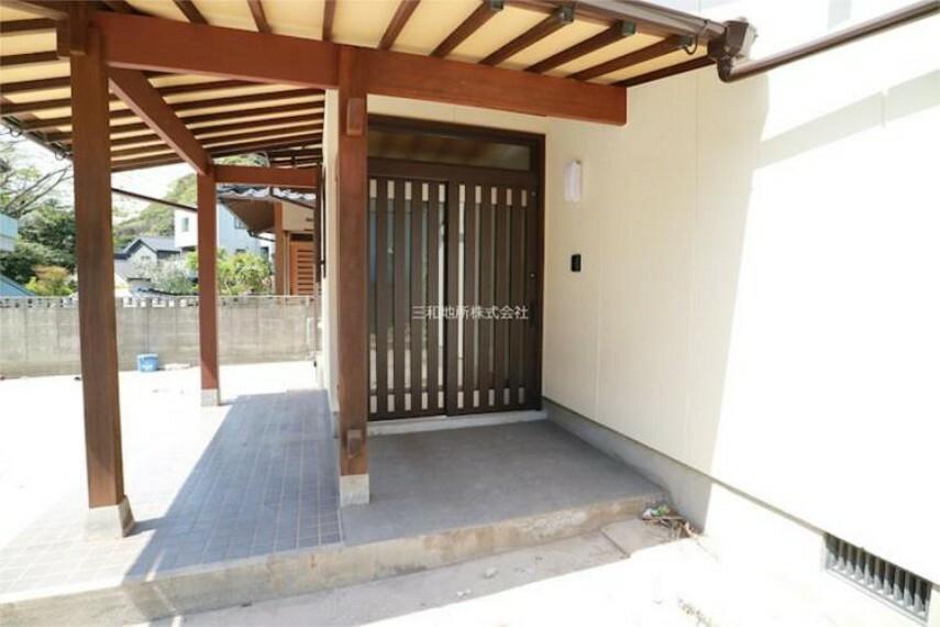 玄関 屋根付きの玄関まわりは広々。引き戸のドアはダブルロックで防犯面も安心。