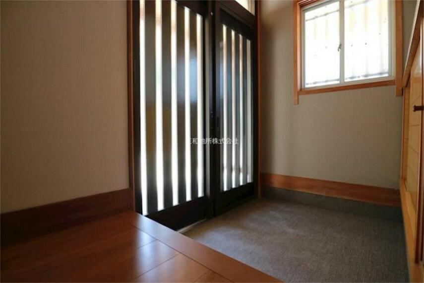 玄関 小窓もあり明るい玄関。下駄箱付きです。