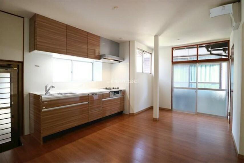 居間・リビング 家族の集まるリビングは窓が多く明るく広々とした空間に生まれ変わりました。