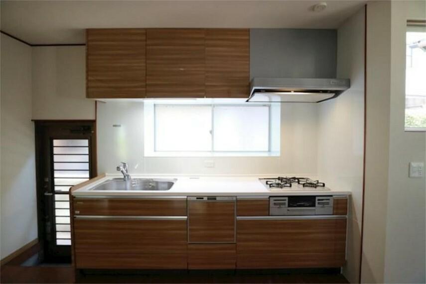 キッチン 上下に収納のある機能的なキッチン。