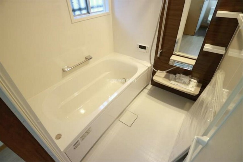 浴室 1坪タイプのゆとりあるバスルーム。窓もあり換気もできます。