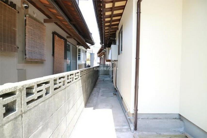 外観写真 建物左側面。