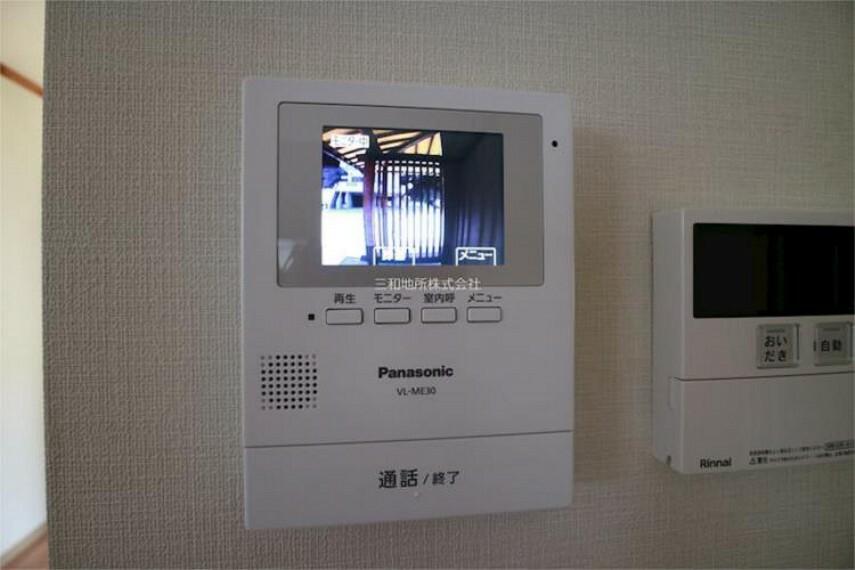 専用部・室内写真 TVモニター付きインターホンで来客の確認がリビングからもできます。