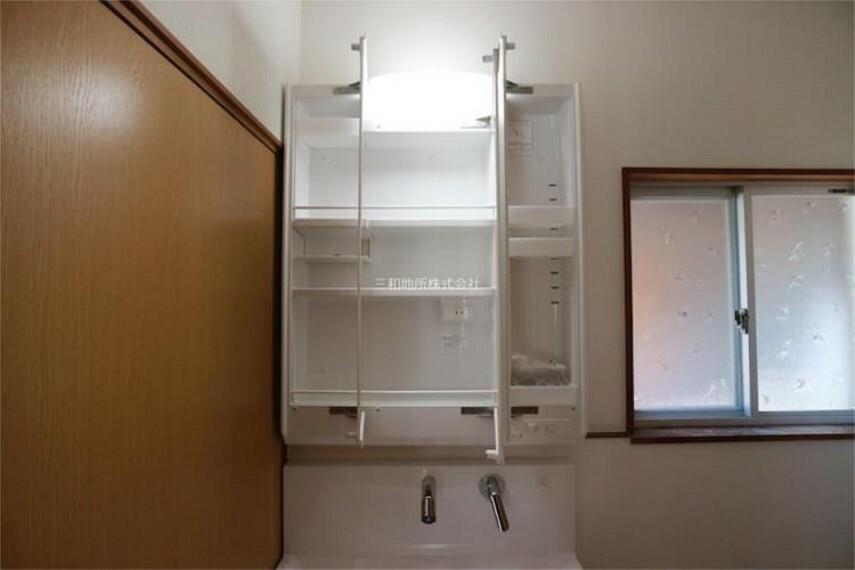 収納 洗面台鏡裏は収納になっているので小物の収納に便利です