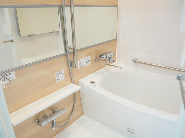 浴室 浴室 木目調パネルがアクセントになっています