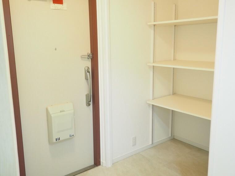 玄関 玄関 床や壁の貼り換えがしてあり、明るい印象です  収納もしっかり出来ます