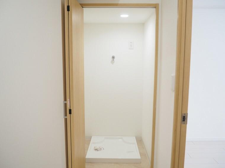 ランドリースペース 洗濯機置場 洗濯機を使わないときは折れ戸を閉じておけます