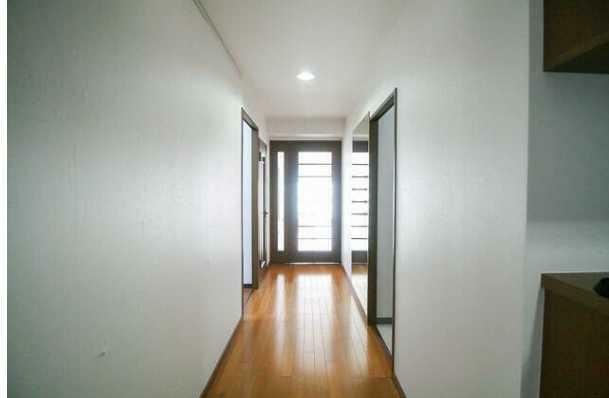 玄関 玄関から採光性の高い室内を望む!