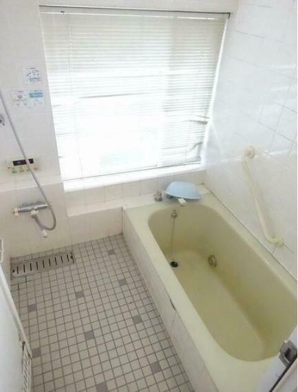 浴室 ひろびろとした浴槽に大きな窓。