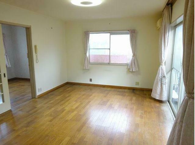 洋室 窓も多く明るい室内です。