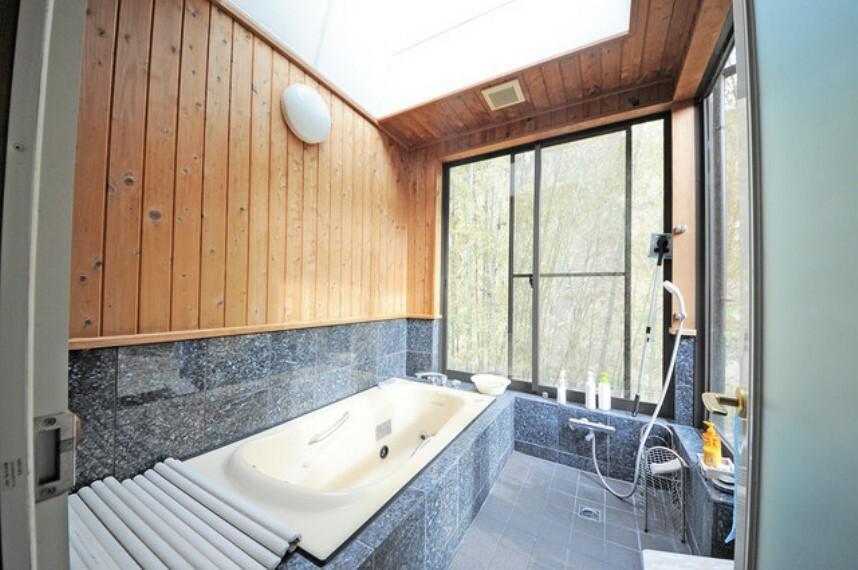 浴室 入間川が広がる解放感のあるバスルーム。