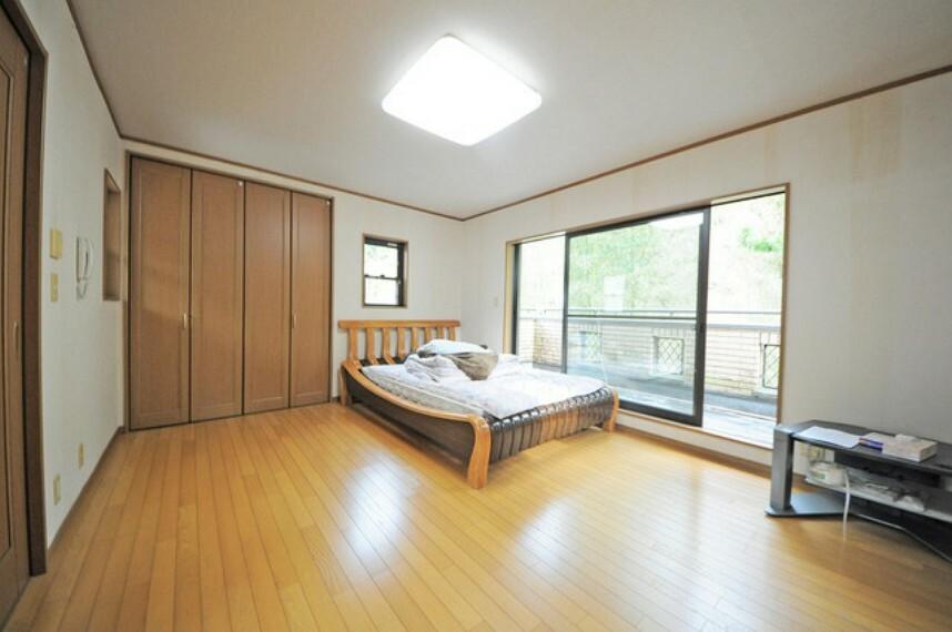 外観・現況 2階洋室。専用バルコニーもついた解放感のあるお部屋です。