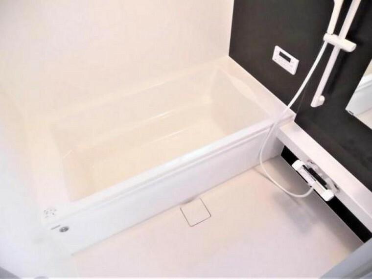 専用部・室内写真 【同仕様写真】浴室はハウステック製の新品のユニットバスに交換します。足を伸ばせる1坪サイズの広々とした浴槽で、1日の疲れをゆっくり癒すことができますよ。※企画は変更になる場合があります。